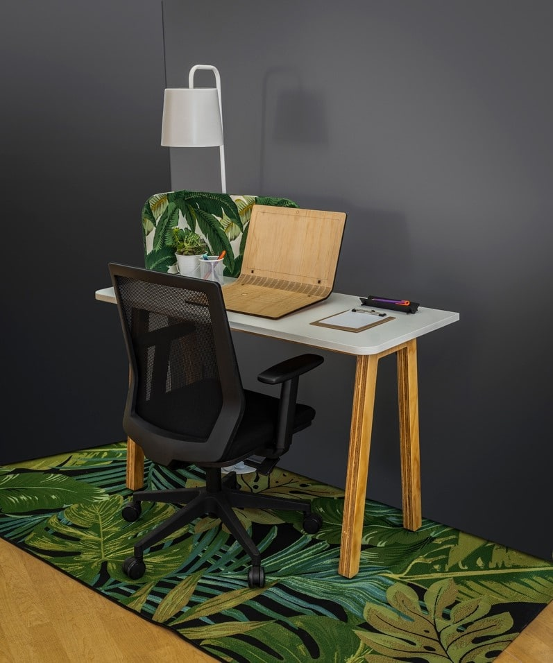 Home office space with a table and a chair for Ukhuni